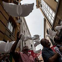 Des personnalités lâchent des colombes en l'honneur du 70e anniversaire de l'indépendance d'Israël au festival de rue Judafest à Budapest, le 10 juin 2018.(Marton Monus/ Balint House JCC)