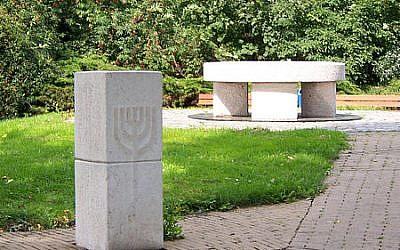 Un monument en hommage aux victimes de la Shoah, à Hoogezand, au Pays-Bas. (Crédit : domaine public via Wikipedia)
