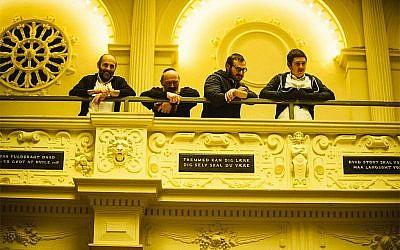Des Juifs danois lors d'une cérémonie à Copenhague, le 25 décembre 2016 (Crédit : Habad de Copenhague via JTA)