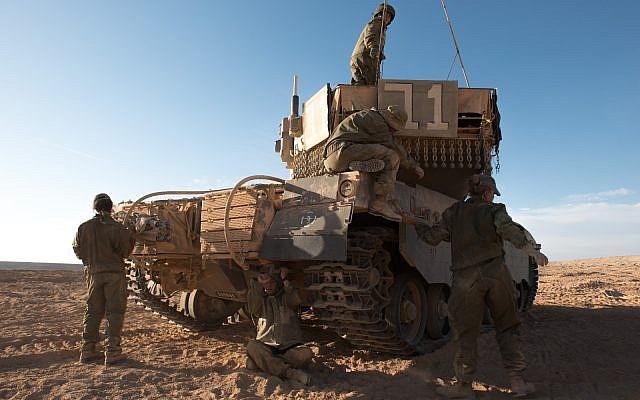 Un groupe de femmes soldats participe à un exercice d'entraînement dans le cadre de la formation des commandants de chars, sur une photographie non datée. (Armée israélienne)