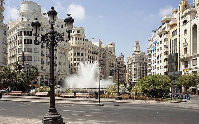 Une vue de la  Modernisme Plaza de la mairie de Valencia, le 17 juillet 2010 (Crédit :  CC BY-SA Wikimedia commons/PMRMaeyaert)