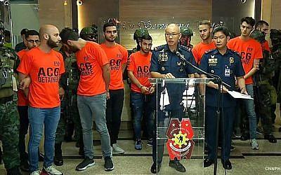 La police de Manille aux Philippines a arrêté 474 employés, dont 8 Israéliens, d'une société commerciale à Pampanga mercredi pour leur implication présumée dans la cybercriminalité, le 7 juin 2018. (Capture d'écran CNN Philippines)
