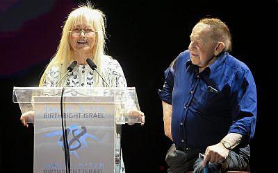 Miriam et Sheldon Adelson au gala de Birthright Israel, à Jérusalem, le 27 juin 2018. (Crédit : Birthright Israel/Oren Ben Hakun)