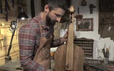 Mateusz Raszewski dans son atelier (Capture d'écran : YouTube)