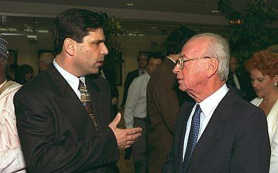 Gonen Segev, à gauche, parle avec Yitzhak Rabin, alors Premier ministre, lors d'une conférence de presse (Crédit : Government Press Office)