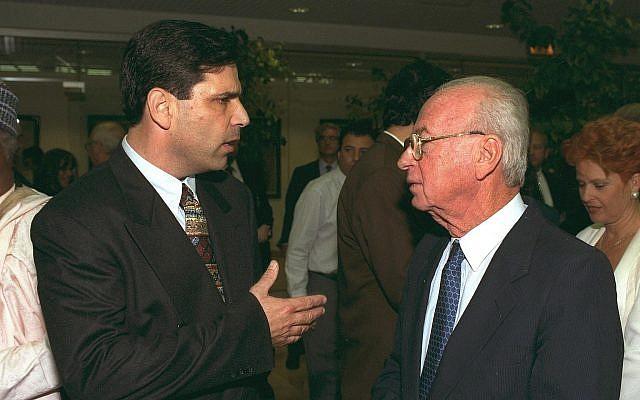 Gonen Segev, (à gauche), parle avec Yitzhak Rabin, alors Premier ministre, lors d'une conférence de presse (Crédit : Government Press Office)