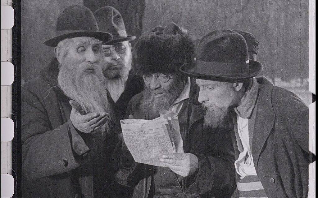 """Des Juifs prennent connaissance de l'édit ou de l'expulsion de Vienne tiré du film restauré """"City Without Jews"""" (Avec l'aimable autorisation de Film Archiv Austria)."""