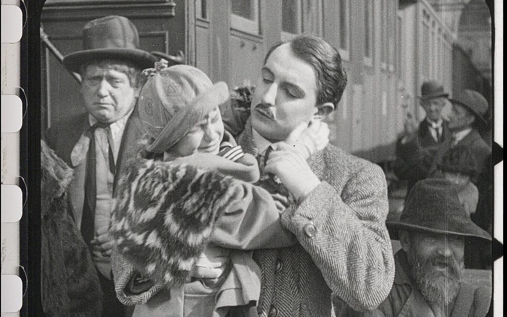 """Une enfant pleure alors que son père juif se sépare d'elle dans le film restauré """"City Without Jews"""" (Avec l'aimable autorisation de Film Archiv Austria)."""