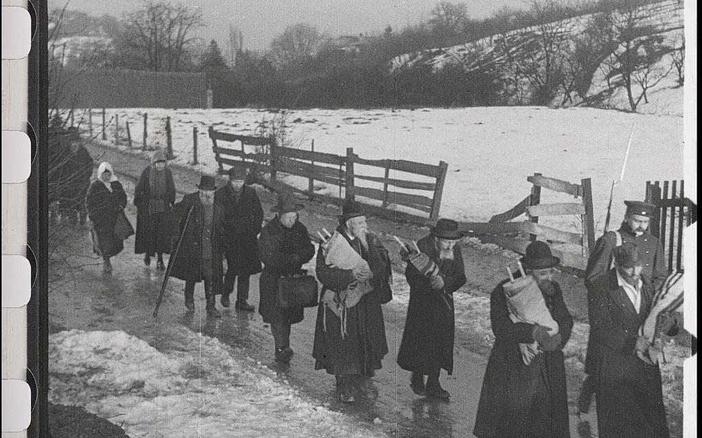"""Des Juifs portent des rouleaux de la Torah alors qu'ils sont expulsés de leur ville dans le film restauré """"City Without Jews""""(Avec l'aimable autorisation de Film Archiv Austria)."""