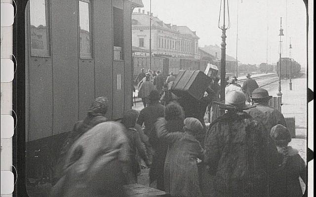 """Les Juifs arrivent à la gare pour être déportés dans une scène du film restauré """"City Without Jews"""" (Avec l'aimable autorisation de Film Archiv Austria)."""