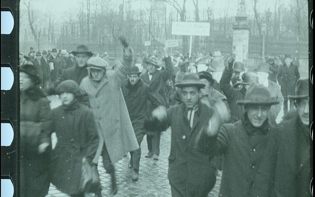 """Des ouvriers autrichiens manifestent contre les Juifs dans une scène du film restauré """"City Without Jews"""" (Avec l'aimable autorisation de Film Archiv Austria)."""