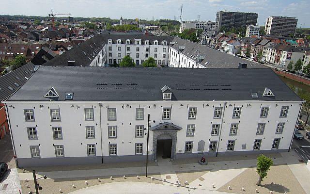 La Kazerne Dossin, en Belgique, transformée en camp de transit par les nazis. (Crédit : Wasily/Wikimedia Commons)