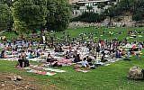 Les participants à la célébration de la Journée internationale du yoga à Jérusalem ont reçu un tapis de yoga spécialement conçu pour former une œuvre d'art qui représente Jérusalem dans trente ans (Avec l'aimable autorisation de The Big Dream - Jérusalem).