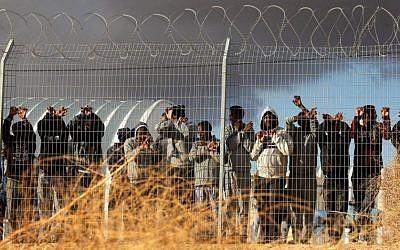 Des migrants africains manifestent devant le centre de détention Holot dans le désert du Néguev, dans le sud d'Israël, le 17 février 2014. (Flash90)