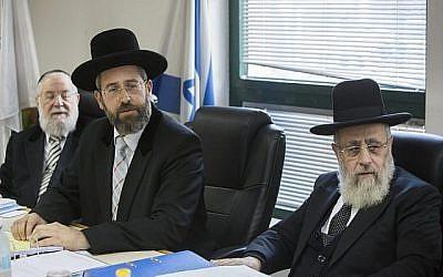 Le grand rabbin ashkénaze David Lau (au centre) et le grand rabbin sépharade Yitzhak Yosef (à droite) assistent à une réunion du Conseil du Rabbinat à Jérusalem en novembre 2014. (Yonatan Sindel/Flash90)