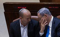 Le Premier ministre Benjamin Netanyahu, (à droite), avec le ministre de l'Éducation Naftali Bennett à la Knesset, le 17 juin 2015. (Miriam Alster/Flash90)