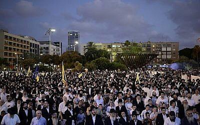 Un rassemblement Habad sur la place Rabin à Tel Aviv, le 10 juillet 2016. (Tomer Neuberg/FLASH90)