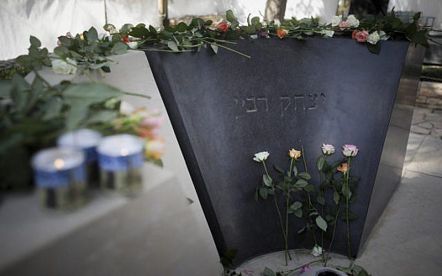Des fleurs ont été déposées sur la tombe du Premier ministre Yitzhak Rabin lors d'une cérémonie commémorative marquant les 21 ans de son assassinat, tenue au cimetière du Mont Herzl à Jérusalem le 4 novembre 2016. (Yonatan Sindel/Flash90)