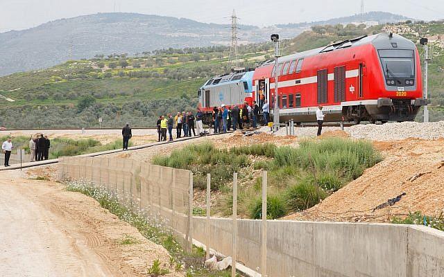Des responsables gouvernementaux participent à un voyage d'essai sur un nouvel itinéraire ferroviaire près de la ville de Carmiel le 21 mars 2017 (Bâle Awidat/Flash90).