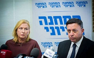 Le chef de l'Union sioniste Avi Gabbay et la députée Tzipi Livni lors d'une réunion de la faction de la Knesset le 6 novembre 2017. (Miriam Alster/Flash90)