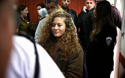 Ahed Tamimi arrive pour le début de son procès devant le tribunal militaire israélien à la prison militaire d'Ofer, dans le village de Betunia, en Cisjordanie, le 13 février 2018. (Flash90)