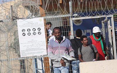 Des demandeurs d'asile africains quittent la prison de Saharonim dans le sud d'Israël où ils avaient été emprisonnés en raison de leur refus de quitter le pays, le 15 avril 2018. (Hadas Parush/Flash90)