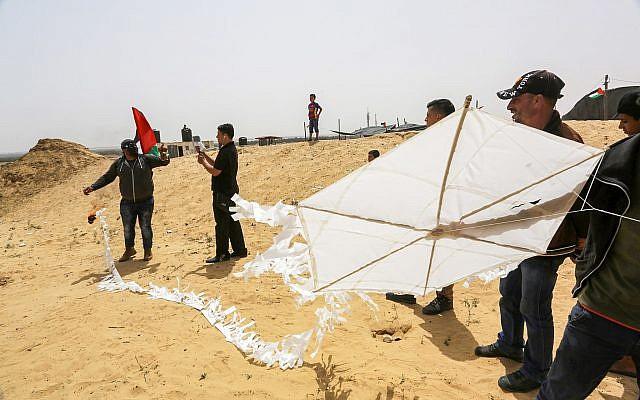 Image d'illustration d'un cerf-volant transportant un cocktail molotov sur le point d'être lancé lors d'affrontements sur la frontière entre Israël et Gaza à Khan Younis, dans le sud de la bande de Gaza, le 20 avril 2018 (Crédit :  Abed Rahim Khatib/Flash90)
