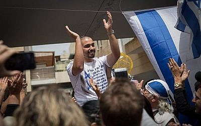 Elor Azaria, ancien soldat de Tsahal, qui a été condamné pour homicide involontaire pour avoir tiré sur un terroriste palestinien désarmé et blessé pendant son service militaire dans la ville de Hébron, en Cisjordanie, est accueilli après sa libération de prison à Ramla, sa ville natale, le 8 mai 2018. (Hadas Parush/Flash90)