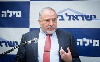 Le ministre de la Défense Avigdor Liberman dirige une réunion de sa faction  Yisrael Beytenu à la Knesset, le 21 mai 2018 (Crédit :  Miriam Alster/Flash90)