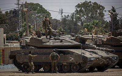 Les soldats de l'armée israélienne près d'un tank sur une base militaire près de la frontière avec Gaza, le 30 mai 2018 (Crédit: Yonatan Sindel/Flash90)