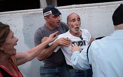 Des policiers arrêtent un activiste lors d'une manifestation de personnes handicapées et de militants, réclamant de meilleurs soins de santé et de meilleures allocations à Tel Aviv le 31 mai 2018. (Tomer Neuberg/Flash90)
