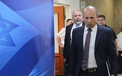 Le ministre de l'Education Naftali Bennett arrive à la réunion hebdomadaire de cabinet au bureau du Premier ministre de Jérusalem, le 3 juin 2018 (Crédit : Marc Israel Sellem/POOL/Flash90)