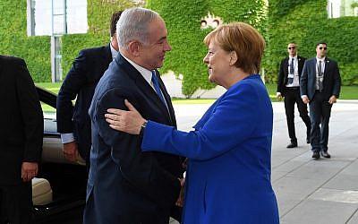 Le Premier ministre Benjamin Netanyahu est salué par la chancelière allemande Angela Merkel, (à droite), à Berlin, en Allemagne, le 4 juin 2018 (Crédit :Haim Zach/GPO/Flash90)