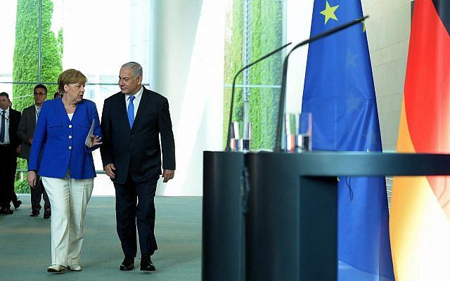 La chancelière allemande Angela Merkel et le Premier ministre israélien Benjamin Netanyahu lors d'une conférence de presse  à Berlin le 4 juin 2018. (Crédit : Haim Zach/GPO)