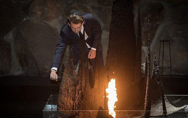 Le Chancelier Sebastian Kurz dépose une gerbe au Hall du Souvenir au mémorial de Yad Vashem, durant une visite officielle, le 10 juin 2018. (Crédit : Hadas Parush/Flash90)
