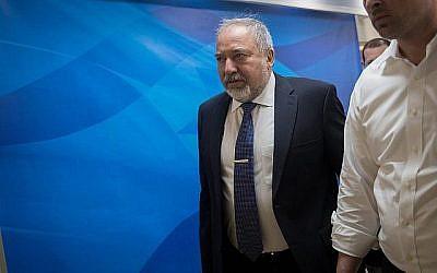 Le ministre de la Défense Avigdor Liberman arrive pour la réunion hebdomadaire du cabinet du Premier ministre à Jérusalem le 10 juin 2018. (Yonatan Sindel/Flash90)