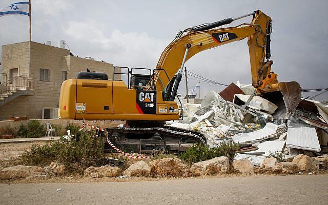 Un bulldozer détruit une maison de l'avant-poste de Netiv Haavot, le 13 juin 2018. (Crédit : Gershon Elinson/Flash90)