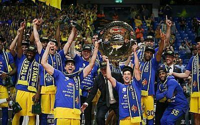 Les joueurs de l'équipe de basket-ball du Maccabi Tel Aviv soulèvent le trophée après avoir battu Hapoel Holon lors de la finale de la Premier League israélienne de basket-ball à Tel Aviv, le 14 juin 2018 (Roy Alima/Flash90).