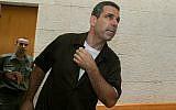 L'ancien ministre de l'Energie Gonen Segev , à la Cour suprême de Jérusalem, lors de l'audience d'appel sur sa condamnation, le 18 août 2006. (Crédit : Flash90)