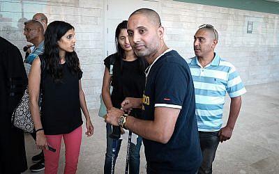 Niv Nehemia, qui a été grièvement blessé dans une attaque au couteau dans un supermarché de Yavneh, le 2 août 2017, arrive à l'audience du verdict du terroriste qui l'avait poignardé, le 19 juin 2018 (Crédit :  Roy Alima/Flash90 ***