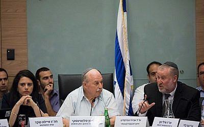 Nissan Slomiansky (C), président du Comité de la Constitution, du droit et de la justice, Ayelet Shaked (G), ministre de la Justice, et Avichai Mandelblit, procureur général, assistent à une réunion du comité à la Knesset le 25 juin 2018. (Yonatan Sindel/Flash90)
