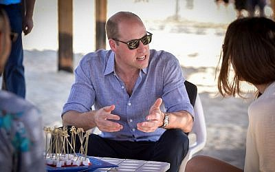 Le prince William, duc de Cambridge, à Frishman Beach, à Tel Aviv, le 26 juin 2018. (Crédit : Niv Aharonson/POOL)