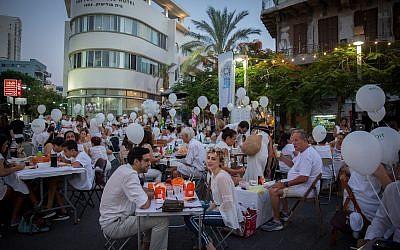 Nuit blanche à Tel Aviv: l'édition 2018 a démarré mercredi 27 jui, avec le dîner blanc, un événement élégant, dans un emplacement tenu secret. (Crédit : Miriam Alster/Flash 90)