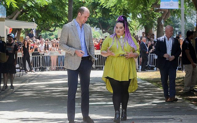 Le prince William, duc de Cambridge, avec la gagnante de l'Eurovision 2018, Netta Barzilai, sur Rothschild Boulevard à Tel Aviv le 27 juin 2018. (Crédit : Marc Israel Sellem/pool/via Flash90)