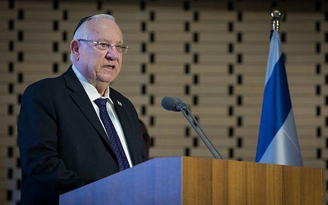 Le Président Reuven Rivlin s'exprime lors d'une cérémonie marquant le 12e anniversaire de la Seconde Guerre du Liban dans la salle du mémorial des soldats tombés au combat sur le mont Herzl à Jérusalem, le 28 juin 2018. (Yonatan Sindel/Flash90)