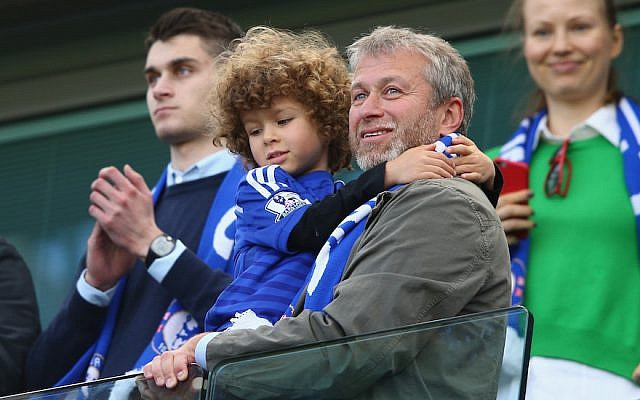 Le propriétaire du club Chelsea Roman Abramovich au Stamford Bridge le 3 mai 2015. (Crédit : Photo by Clive Mason/Getty Images)