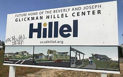 Le panneau signalant la création du nouveau centre juif Hillel de l'Université de Californie à San Diego, aux Etats-Unis, a été tagué avec des graffitis insultants, le 4 juin 2018. (Avec l'aimable autorisation de Hillel San Diego)