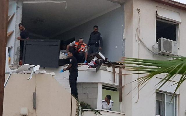 Les enquêteurs examinent la scène après une explosion de gaz dans la ville de Sderot, dans le sud du pays, le 8 juin 2018. (Avec l'aimable autorisation du Magen David Adom)