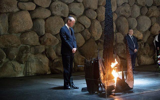 Le Prince William se recueille au Temple du Souvenir au musée commémoratif de la Shoah à Yad Vashem à Jérusalem le 26 juin 2018. (Crédit : Ben Kelmer)