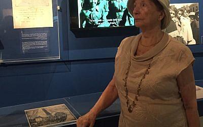 Elina Landau devant le dessin de son frère à l'ouverture de la nouvelle exposition de Yad Vashem (Crédit : Tracy Frydberg)